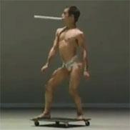 Un homme en skate